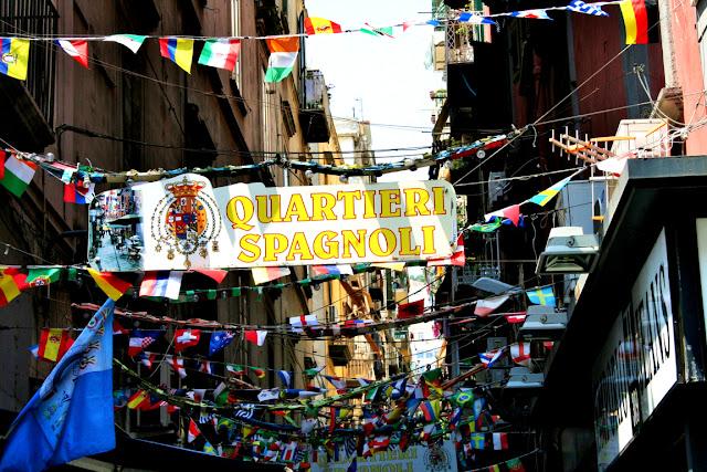 bandierine, quartieri spagnoli Napoli, via centrale di Napoli