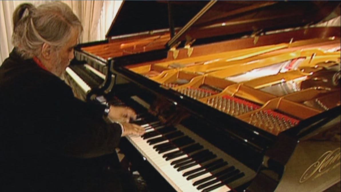 Vangelis en su estudio improvisando al piano durante una secuencia del film Vangelis And The Journey To Ithaka (2013).