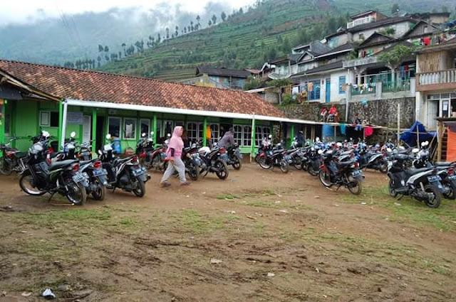 Cara mendaki gunung Prau via Patak Banteng, macam-macam jalur pendakian Gunung Prau yang mudah untuk pemula, peraturan mendaki gunung Prau, transportasi menuju Gunung Prau.