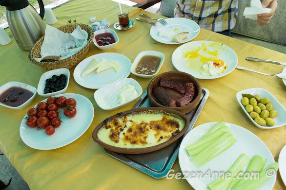 İstanbuldere'nin kahvaltısı yöresel lezzetlerin de bulunduğu köy kahvaltısı şeklinde, Sapanca