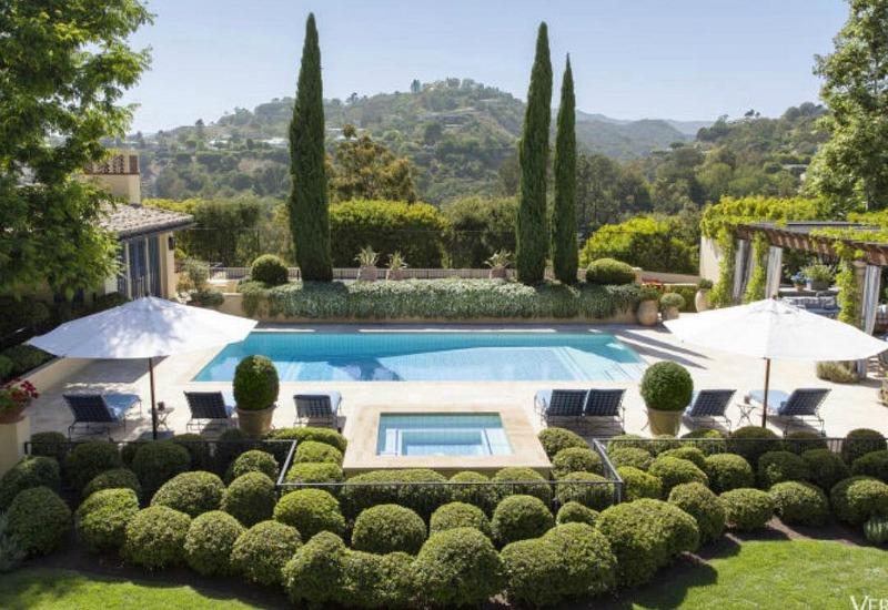 Inspiración provenzal con cipreses en una casa californiana