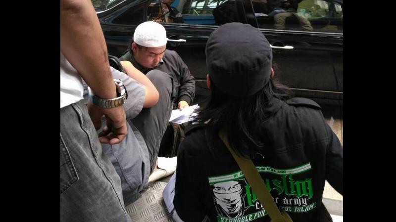 Pria tersebut menggunakan tulisan Muslim Cyber Army, pasukan FPI di media sosial