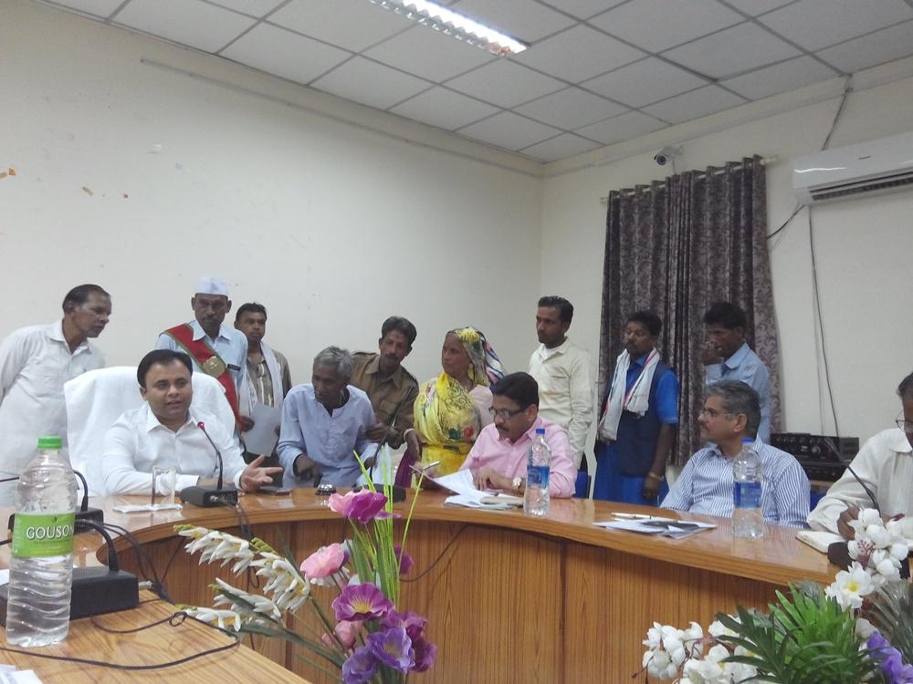 jhabua-jansunvai-7-march-जनसुनवाई में प्रभारी कलेक्टर श्री अनुराग चौधरी ने लिये आवेदन