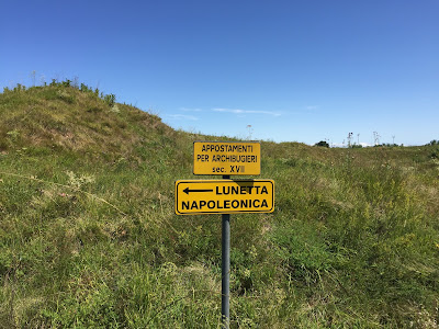Palmanova: Sign pointing to a lunette built by Napoleon.