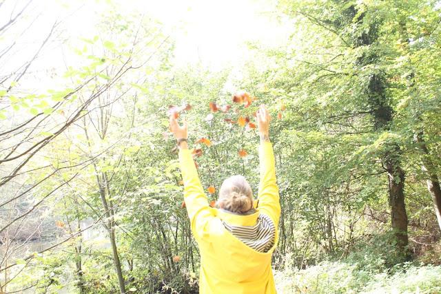 Hand Laub draussen zuhause Herbst Waldspaziergang Herbst Jules kleines Freudenhaus