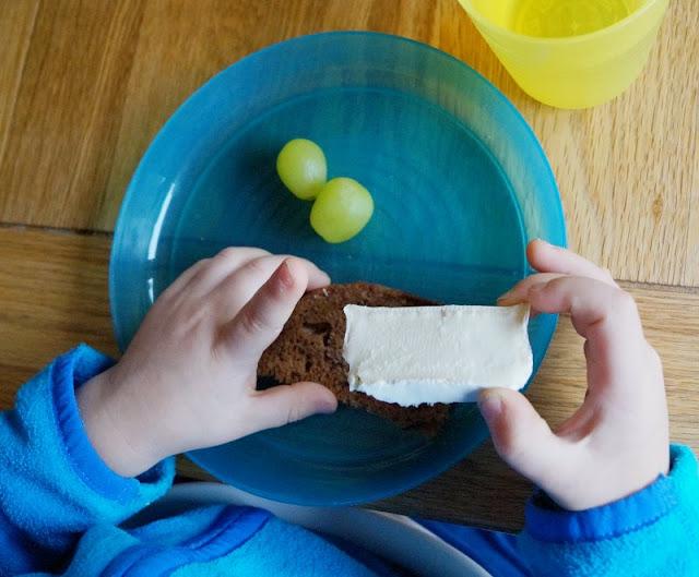 #Familienmoment Familientisch Essen Brot Trauben Briekäse