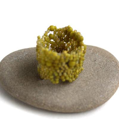 купить необычные женские кольца из бисера оливкового цвета