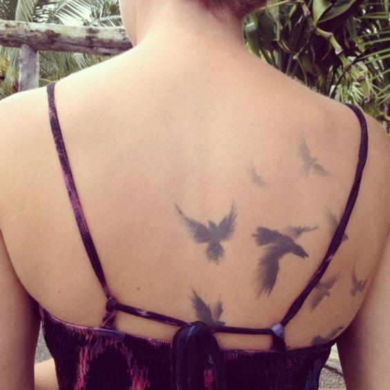 Chica atractiva lleva tatuaje espectacular