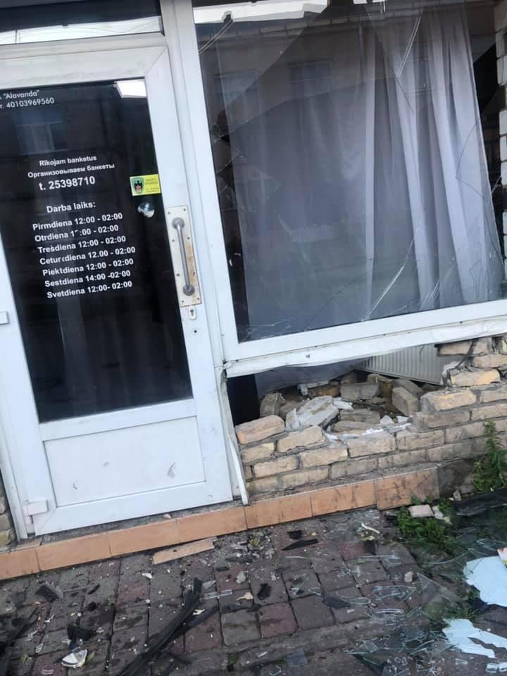Vieglais auto ietriecās ēkas sienā