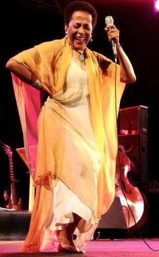 Foto de Susana Baca bailando en concierto