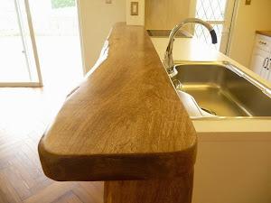 キッチンのカウンターに使われているセンダンの一枚板