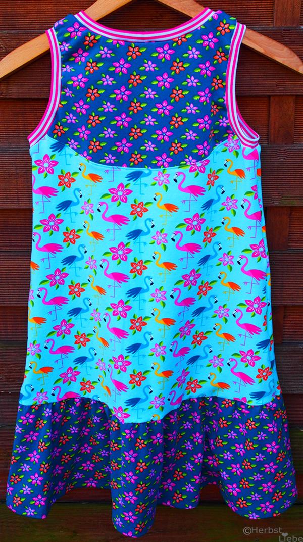 Flamingostoff für ein Mädchenkleid