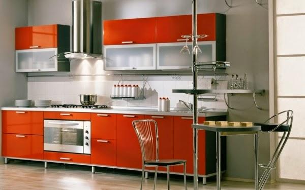 Diseño de cocina moderna lineal donde paredes en gris oscuro crean