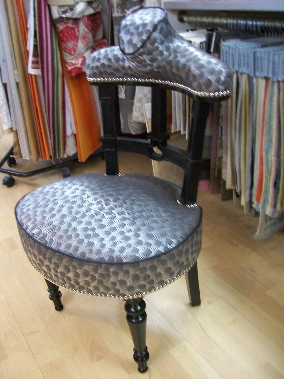l 39 prie dieu revue en valet de chambre. Black Bedroom Furniture Sets. Home Design Ideas
