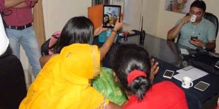 Pejabat ini Malah Selfie dengan Korban Perkosaan