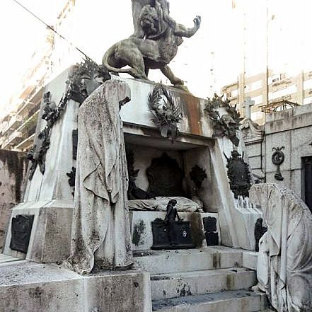 Detienen a una pareja tras hacer explotar un artefacto en el cementerio de la Recoleta