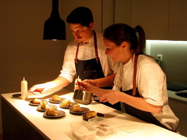 chefs preparando pratos a servir em superclub