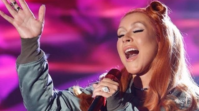 "Christina Aguilera canta su sencillo ""Change"" por primera vez en vivo."