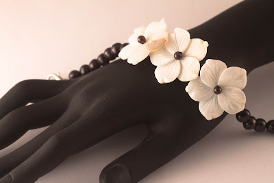 https://pinkbijou.com/products/pulsera-flores-nacar