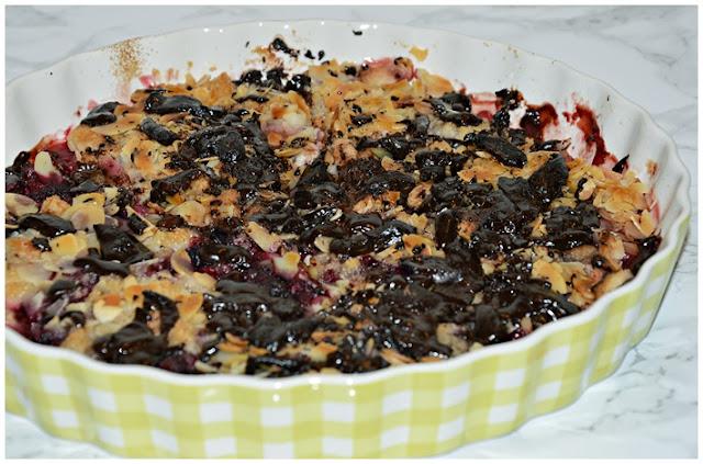 Owoce pod czekoladą i kruszonką