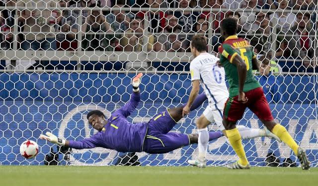 Fabrice Ondoa portero de la selección de Camerún, no puede detener un tiro de Chile en la Copa Confederaciones 2017