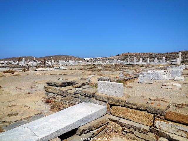 Ruiny Agory Delijskiej w świetle bezchmurnego greckiego nieba Delos Cyklady Grecja
