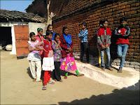 Les élèves écoutent l'explication de Vijay