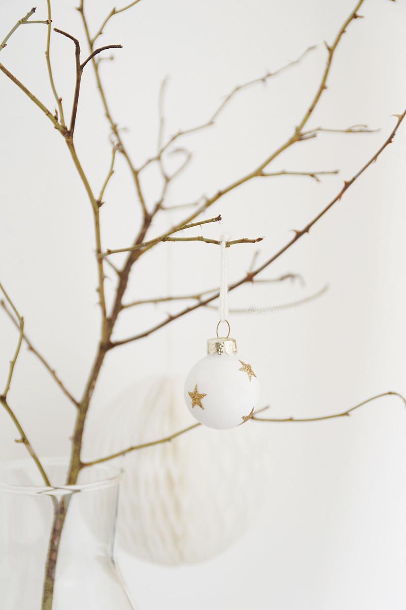 Moderne Christbaumkugeln.Reduzierte Festliche Weihnachtsdeko In Weiß Grau Tasteboykott