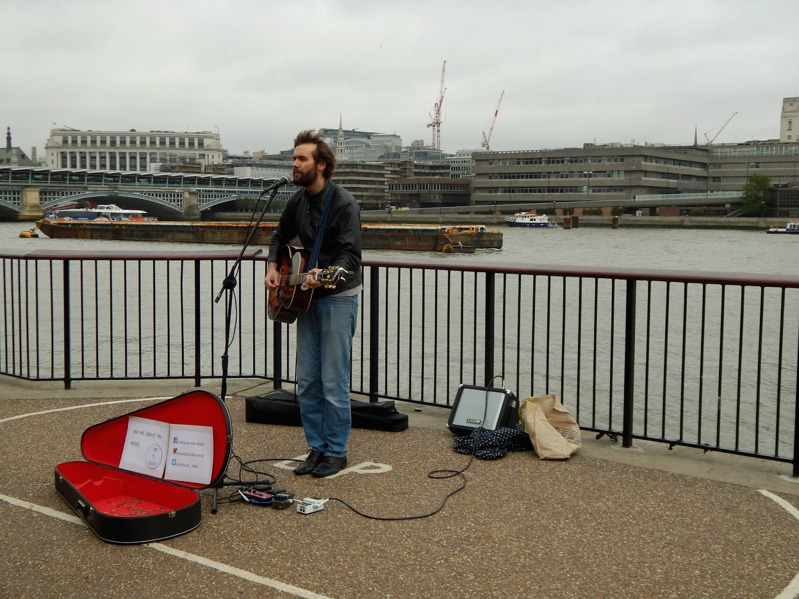 Pouliční hudebník v Londýně