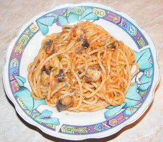 paste cu peste in sos tomat cu usturoi si parmezan preparate la tigaie, peste, paste reteta, spaghete, retete, retete culinare, spaghete cu peste, paste cu peste reteta, retete de mancare, retete de peste, retete de paste, retete cu paste, preparate din peste, preparate din paste, spaghete italiene, mancaruri cu paste, mancaruri cu peste, retete traditionale din bucataria italiana, mancare sanatoasa,