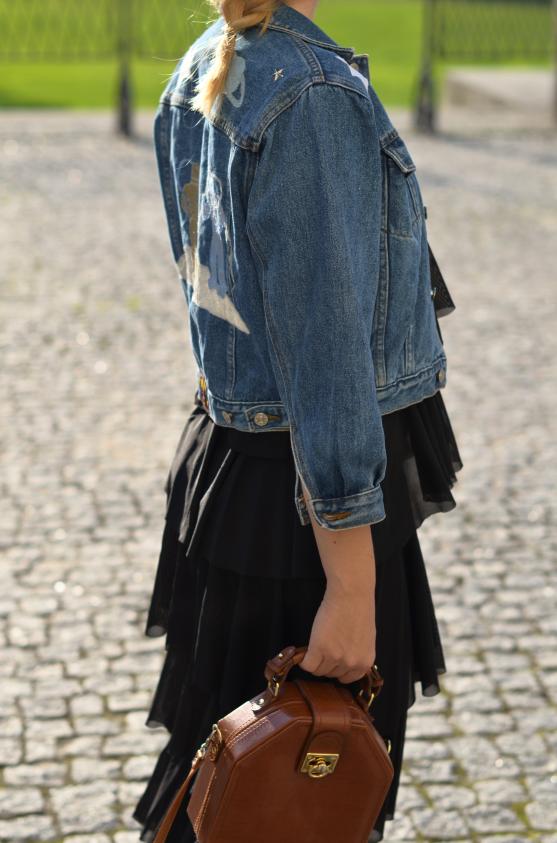 sukienka maxi falbany Zalando, kurtka jeansowa i torebka vintage