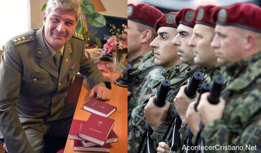 Entregan Biblias a soldados serbios