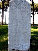 Inscripción honoraria pagada con fondos públicos para Marcus Licinius Privatus, Magister del Colegio de Carpinteros. Ostia Antica
