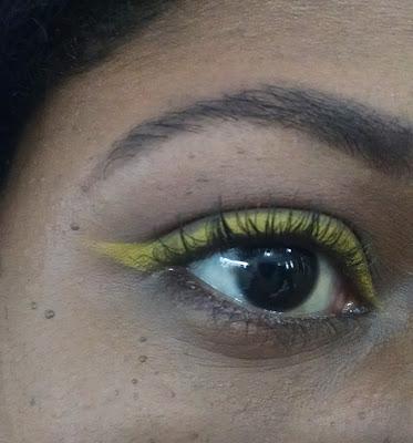 Resultado final do delineador amarelo em mim, usando o lápis delineador da Mac e a sombra amarela da Colourpop