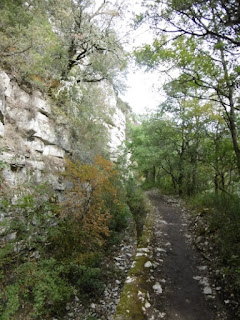 Le sentier qui chemine entre gorges et canal du Verdon, malooka