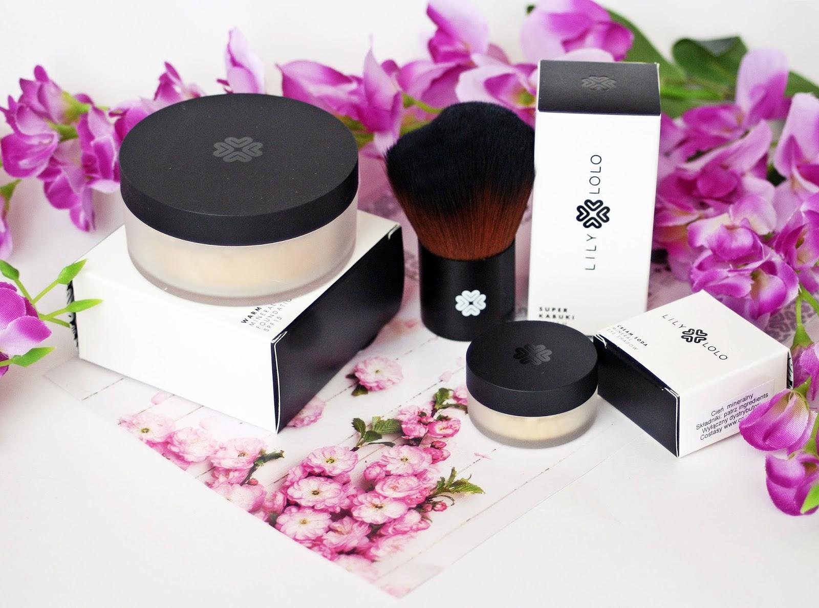 Lily Lolo, Mineralny podkład w odcieniu Warm Peach oraz pędzel Super Kabuki + Mineralna baza pod cienie Cream Soda jako korektor pod oczy