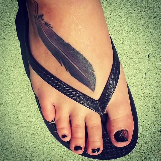 tatuajes de plumas en el pie para mujeres