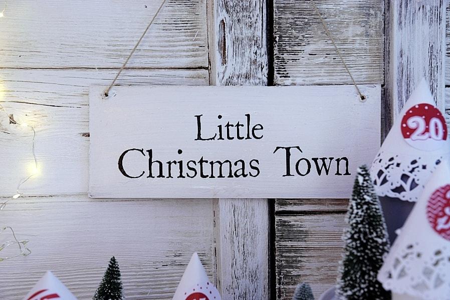 Beleuchtete Weihnachtsstadt aus Gläsern basteln