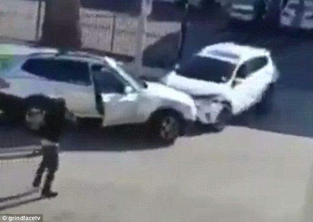 Mujeres se pelean en un estacionamiento y se descontrolan
