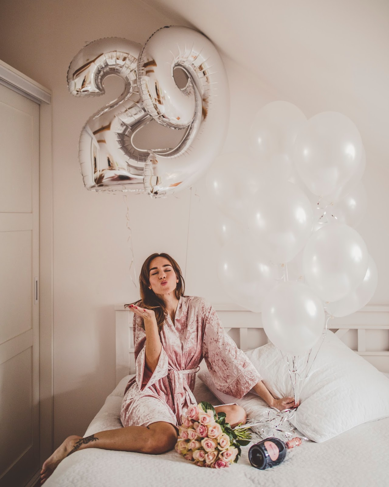 birthday photo flowers balloons champagne