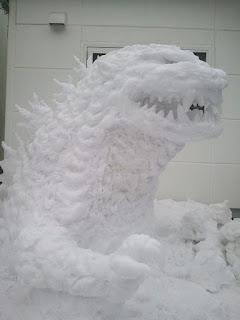 Godzilla hecho de nieve