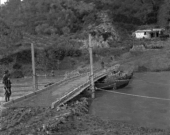 ΓΕΦΥΡΩΝΟΝΤΑΣ ΤΟ 1931 ΤΟΝ ΚΑΛΑΜΑ ΣΤΗ ΒΡΥΣΕΛΛΑ