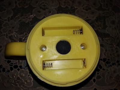 bagian belakang self stirring mug, tempat dudukan baterai