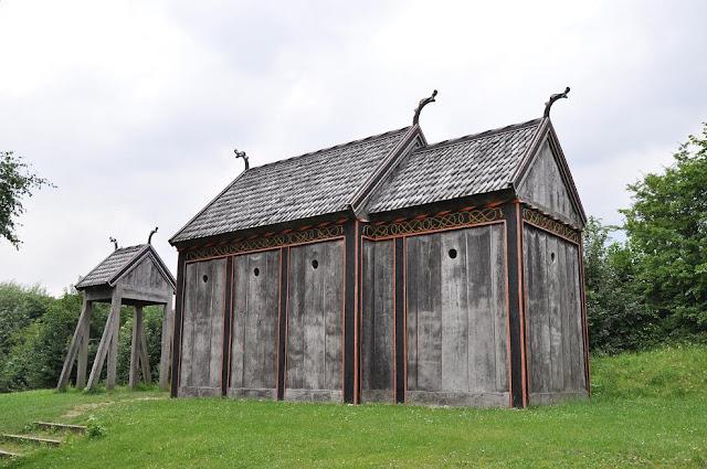 Rekonstrukcja kościoła słupowego z Hørning stojąca w skansenie przy muzuem  w Moesgard