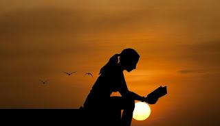 pessoa-lendo-com-por-do-sol-ao-fundo