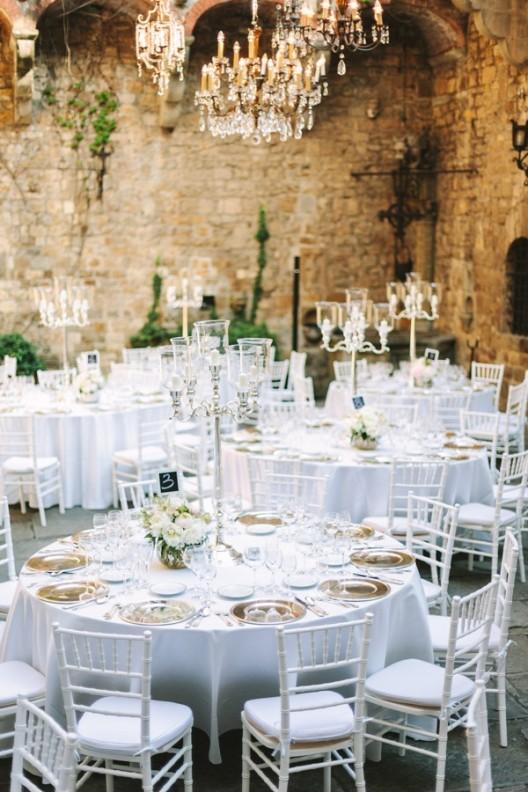 lamparas de araña con mesas redondas y sillas blancas chicanddeco