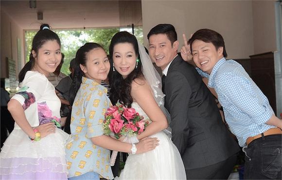 https://2.bp.blogspot.com/-Eh7rFSc_hMI/VZJOgDHC8mI/AAAAAAAAJWY/WWT40U5b8Cw/s1600/huy-khanh-cuoi-trinh-kim-chi012-ngoisao.vn.jpg