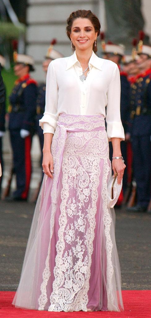 0804fb90759 Todos recordamos el look que llevó la reina de Jordania en 2015 para acudir  a la boda de Felipe y Leticia... Una camisa blanca y una falda  espectacular!!!