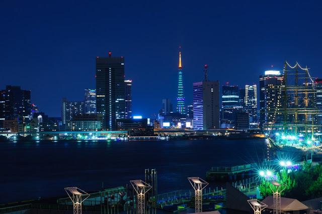 東京タワーと高層ビル群の夜景~晴海ふ頭