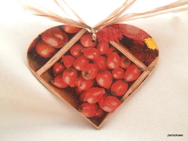 serce -zawieszka z owocami dzikiej róży